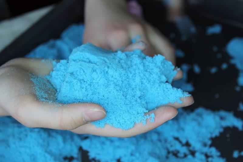 Cara Membuat Pasir Kinetik dari Pasir dan Maizen,Cara Membuat Pasir Kinetik dari Tepung Terigu dan Baby Oil,Cara Membuat Pasir Kinetik dari Tepung Kanji dan Minyak Sayur,Cara Membuat Pasir Kinetik Putih Bersih,Cara Modifikasi Pasir Kinetik,Cara Menambah Aroma pada pasir kinetik,Cara Menambahkan Warna pada pasir kinetik,Cara Menambah Efek Kilau pasir kinetik,Cara Menambahkan Efek Nyala pada pasir kinetik,Tips Membuat Pasir Kinetik,Manfaat Bermain Pasir Kinetik,Melatih Motorik Halus,Mengasah Kreatifitas,Sebagai Sarana Belajar,Meningkatkan Kemampuan Kognitif